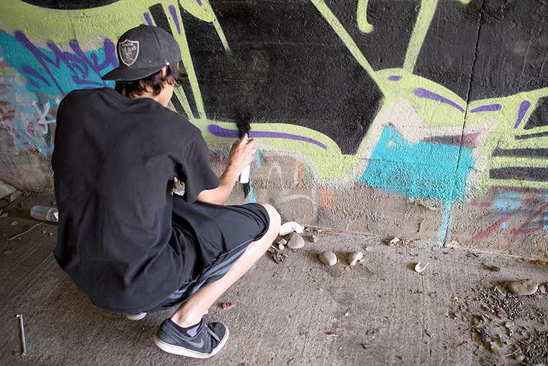 Artist+Rango+adds+drips+to+finish+his+piece.