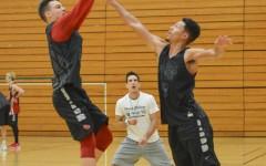 Men's hoops split road games