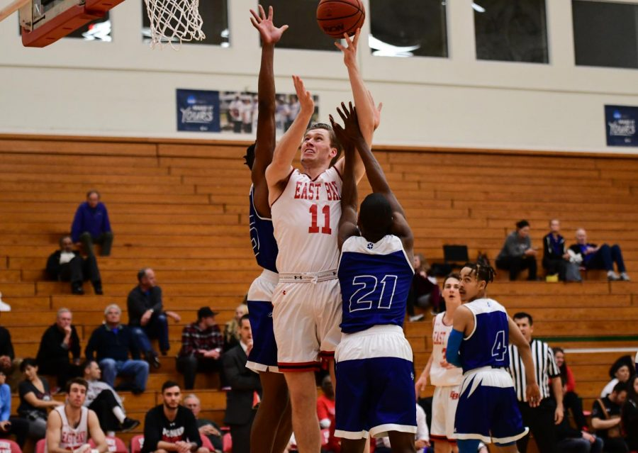 Men's basketball continues to struggle – The Pioneer