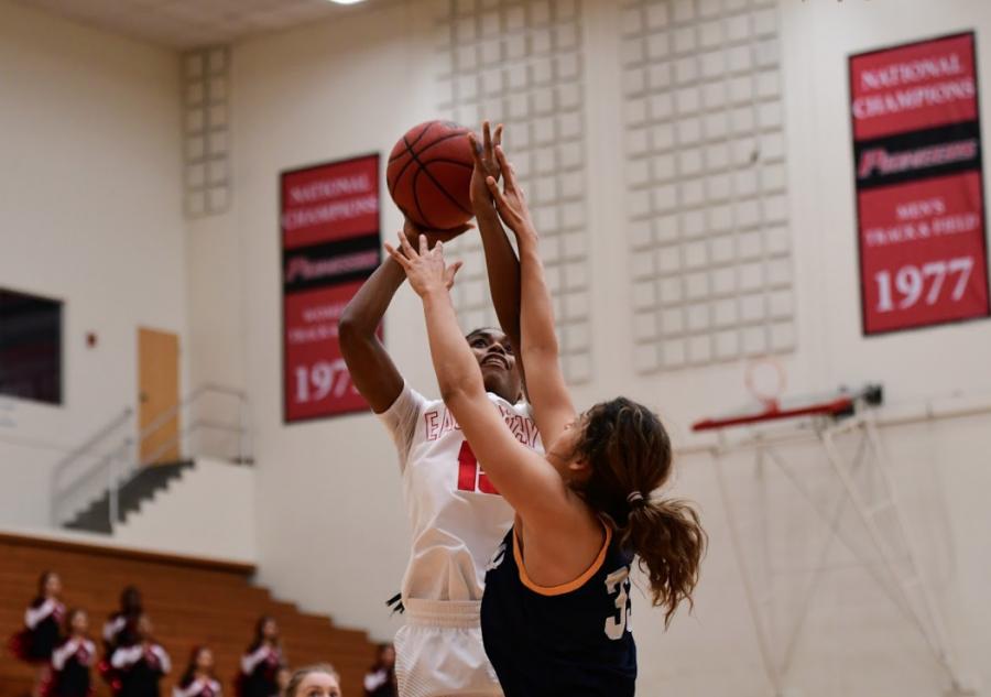 Women's basketball win streak snapped