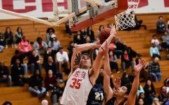 """El equipo de baloncesto de hombres gana en """"senior night"""""""