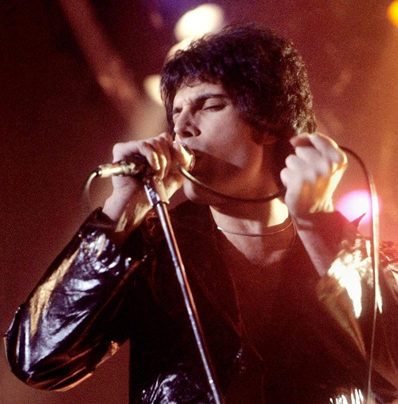 Freddie+Mercury+performing+in+New+Haven%2C+CT%2C+November+1977.
