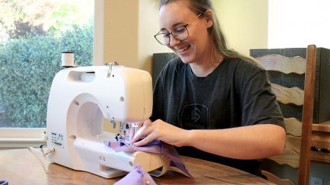 CSUEB Alumna cose Máscara para Trabajadores Familiares y de Atención médica