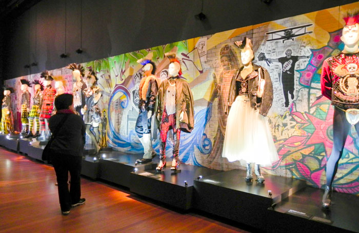 De Young Museum Showcases Work Of World Famous Fashion Designer The Pioneer