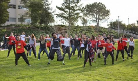 Estudiantes protestan la eliminación de las clases en CSUEB