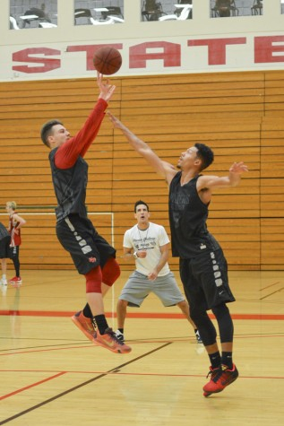 Men's hoops split road games
