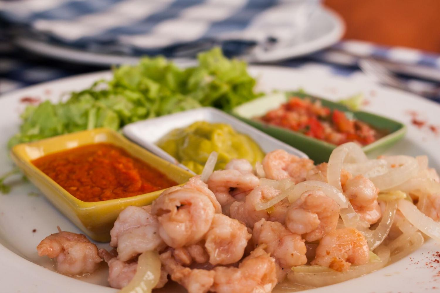 A+shrimp+dish+served+with+two+types+of+salsa+and+avocado.