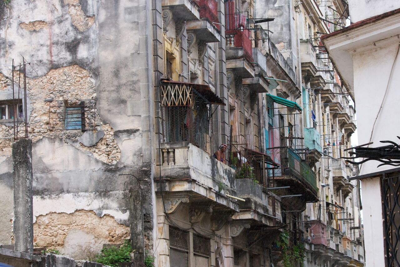 An+alleyway+in+old+Havana+where+most+people+don%E2%80%99t+bother+to+look+up.