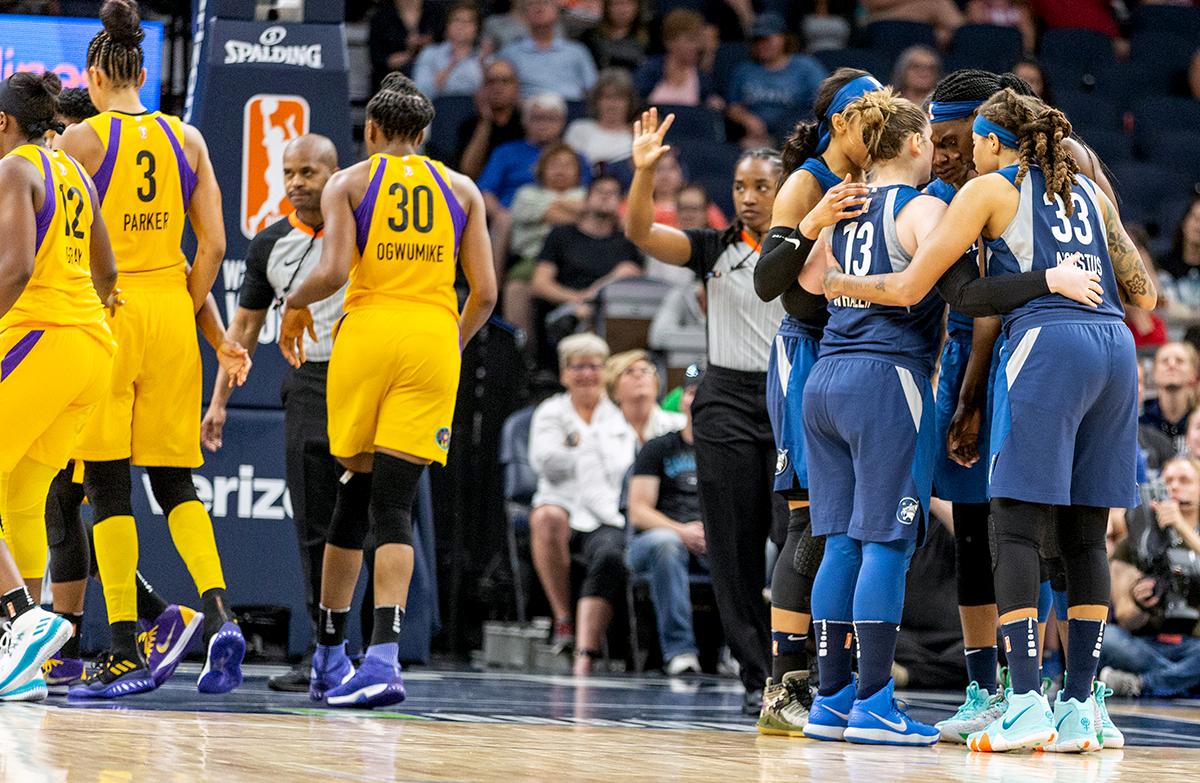 Representación: Los Minnesota Lynx, se reunieron durante la segunda mitad del juego contra 'Los Angeles Sparks' en Target Center, el Lynx ganó el juego 83-72.